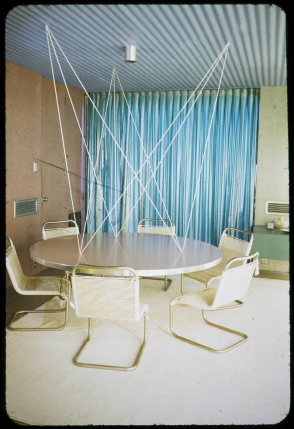 03-Frey_residence_dining_table_Palm_Springs_1954