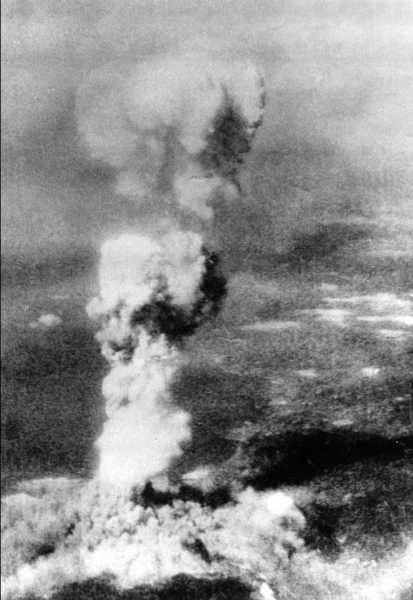 La photo du vrai champignon atomique d'Hiroshima, prise par l'équipage de l'Enola Gay quelques minutes après la détonation.