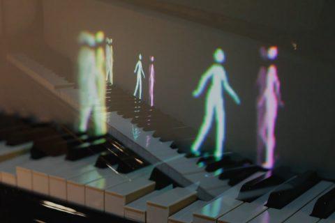 Des petits personnages marchent sur un piano pour aider à l'apprentissage