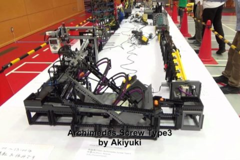 Un mécanisme hypnotique de Lego qui fait tourner des mini-ballons en ronds