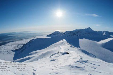 24 heures de soleil qui essaie de se coucher en vain dans l'arctique