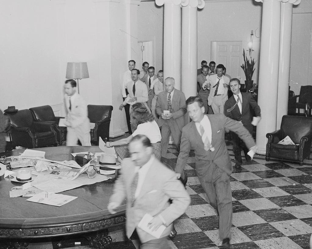 white-house-correspondents-running-through-west-wing-after-japan-surrendered-8-14-1945-copie