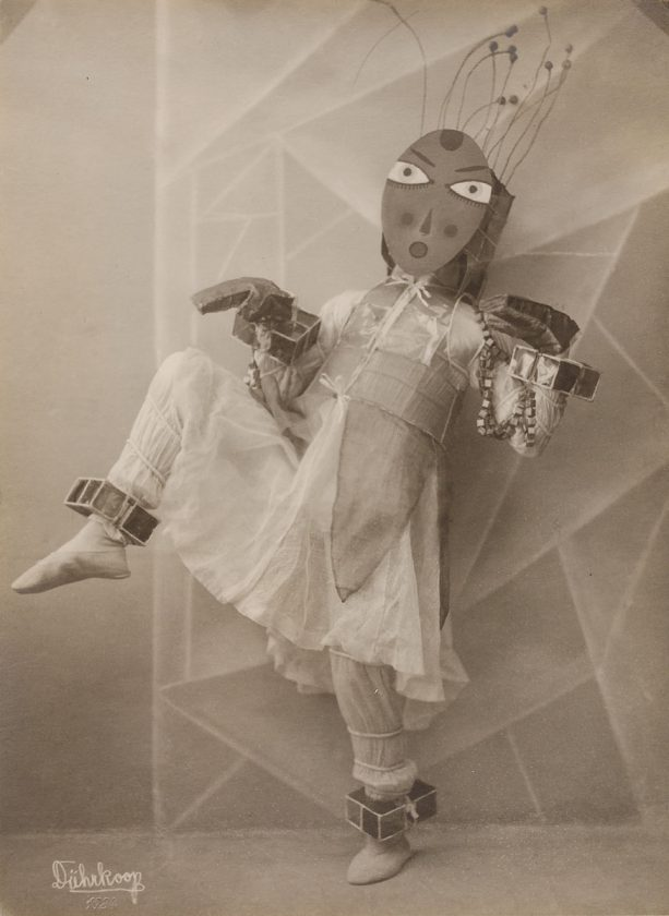 avant-guarde-costume-minya-diez-duhrkoop-01