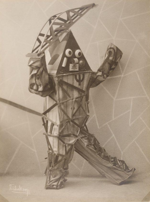 avant-guarde-costume-minya-diez-duhrkoop-02