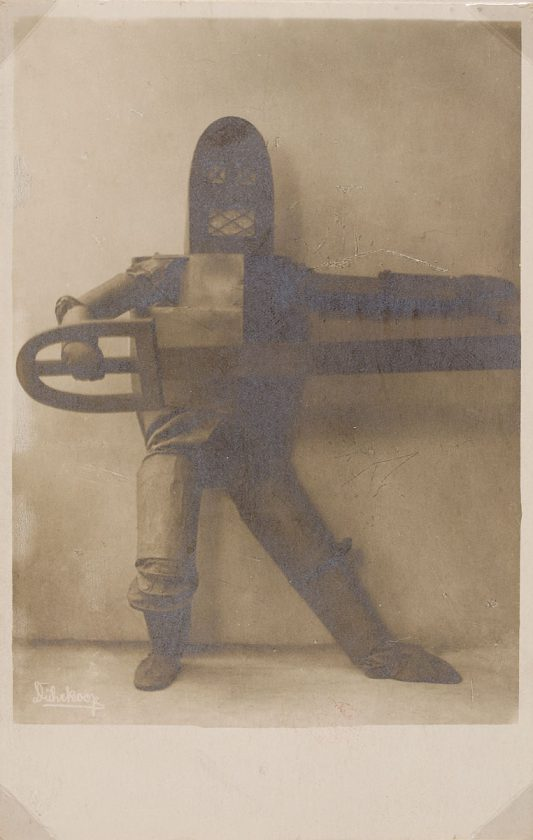 avant-guarde-costume-minya-diez-duhrkoop-09