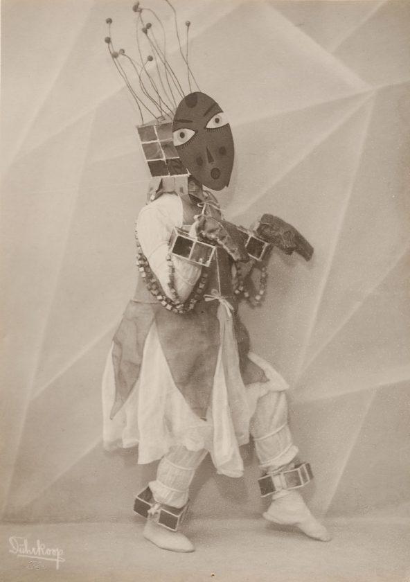 avant-guarde-costume-minya-diez-duhrkoop-10