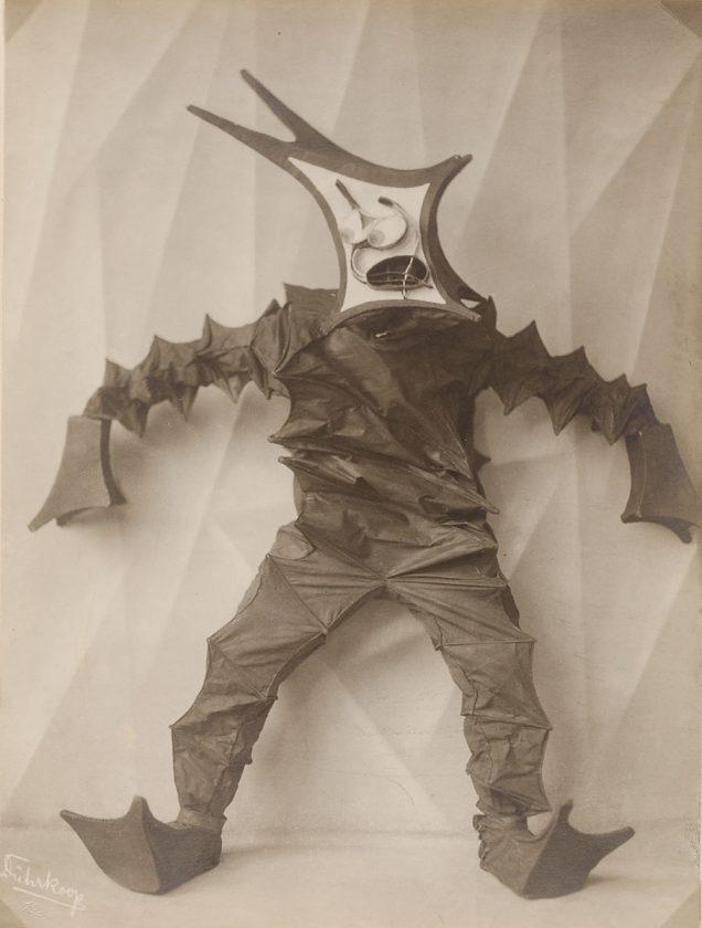 avant-guarde-costume-minya-diez-duhrkoop-12
