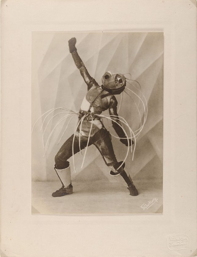 avant-guarde-costume-minya-diez-duhrkoop-14