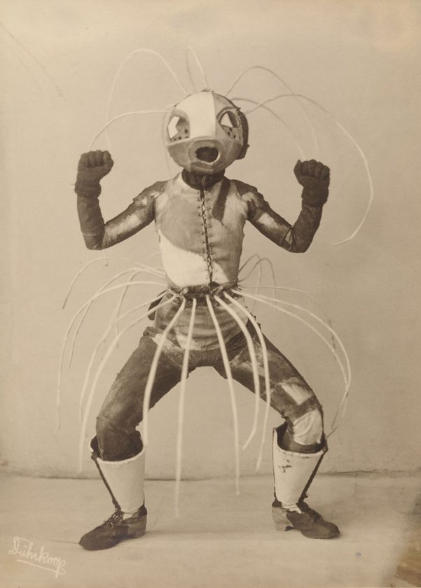 avant-guarde-costume-minya-diez-duhrkoop-18
