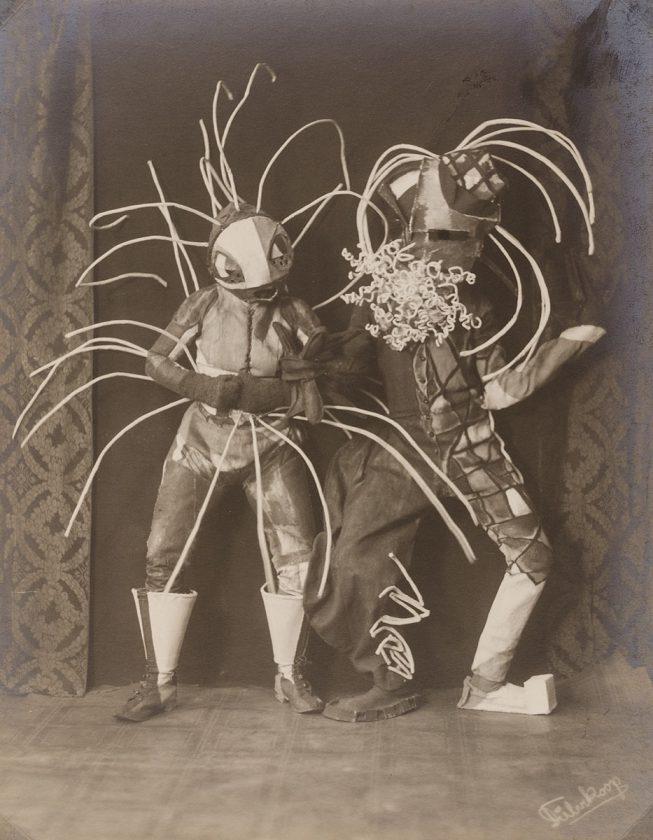 avant-guarde-costume-minya-diez-duhrkoop-last