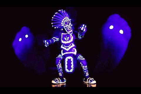 La marionette danseuse brille dans la nuit