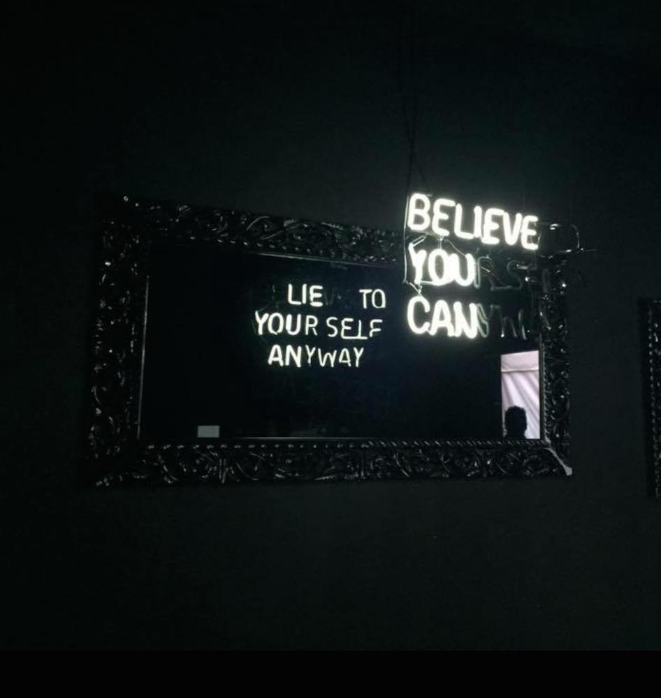 Des slogans en n ons et les miroirs double sens de for Miroir reflet sens 90